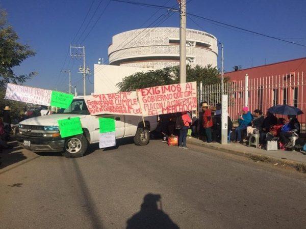 Artesanos de Coyotepec bloquearon Judicatura Federal, por incumplimiento de mercado de artesanías