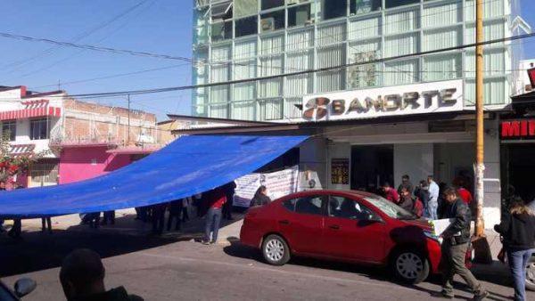 Por segundo día maestros de Ojitlán se manifiestan, tomaron unidad de secundarias del IEEPO