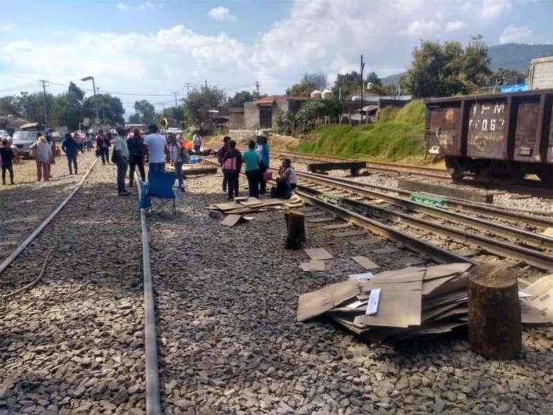 Maestros liberan vías de tren en Uruapan, Michoacán