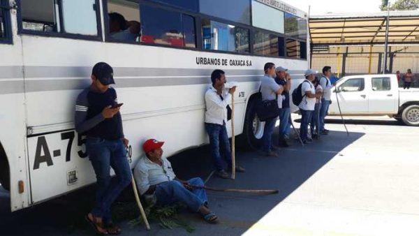 Pobladores de la Sierra Sur bloquean delegación del IMSS en Oaxaca