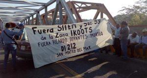 Maestros bloquean puente de fierro en Tehuantepec