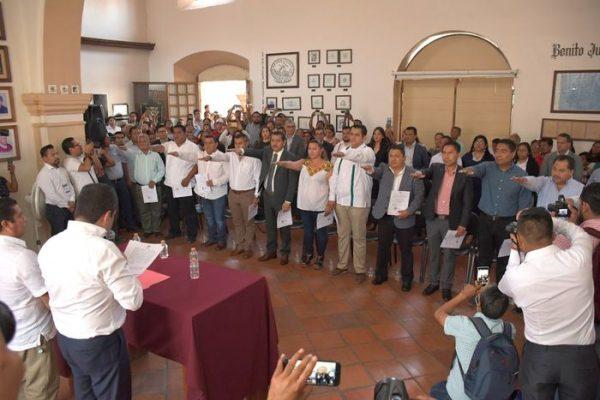 Entrega Oswaldo García Jarquín nombramientos a agentes municipales y de policía electos
