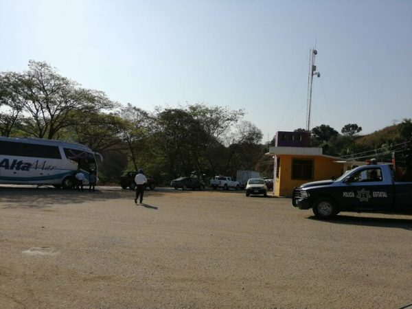 Taxistas y mototaxistas paralizan actividades con bloqueo en Pinotepa