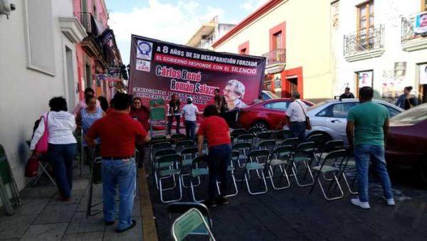 Realizan foro frente al sindicato del SNTE, para exigir esclarecimiento por la desaparición del prof. Carlos René Salazar
