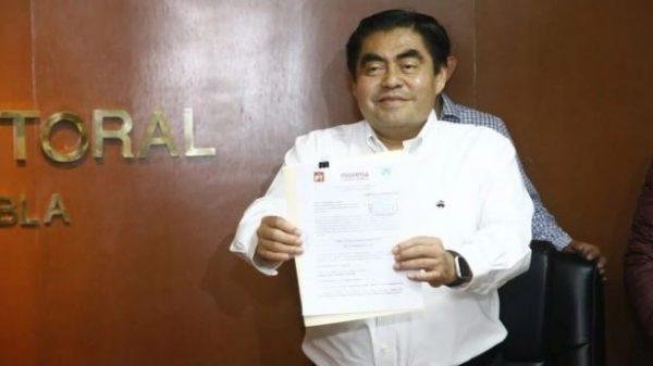 Barbosa se registra como candidato de Morena en Puebla