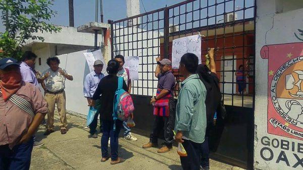 Habitantes de Tlacoatzintepec toman el IEEPO, exigen solución al conflicto