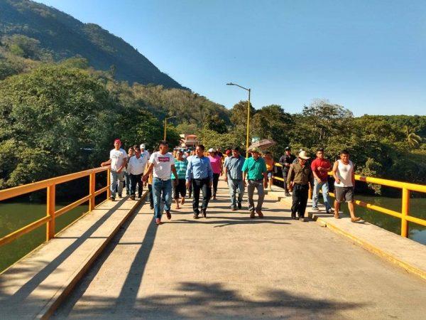 Protestan mototaxistas con bloqueo en Jacatepec