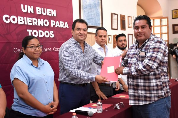 Entrega Oswaldo García vales de materiales para obras en agencias de Oaxaca de Juárez