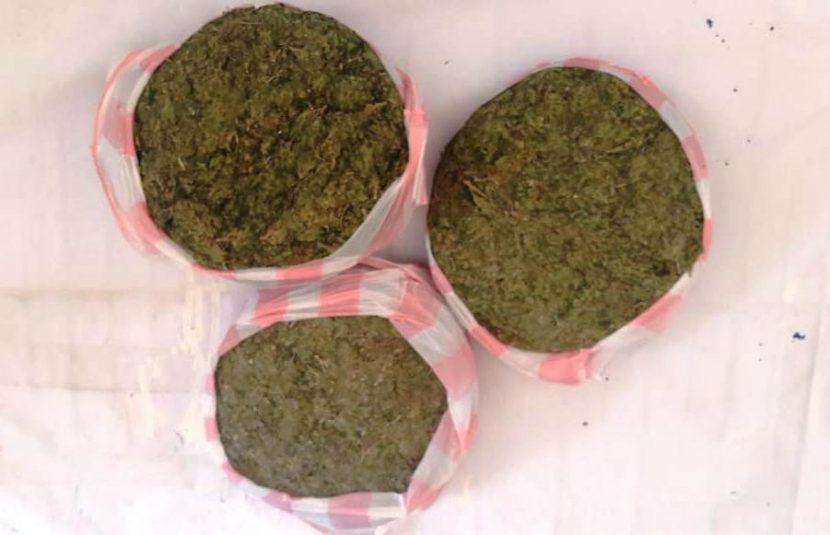 Transportaba pasajero de suburban al menos tres kilos de marihuaba, fue detenido