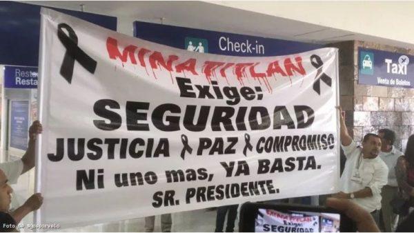 Con gritos exigiendo justicia reciben a López Obrador en Minatitlán