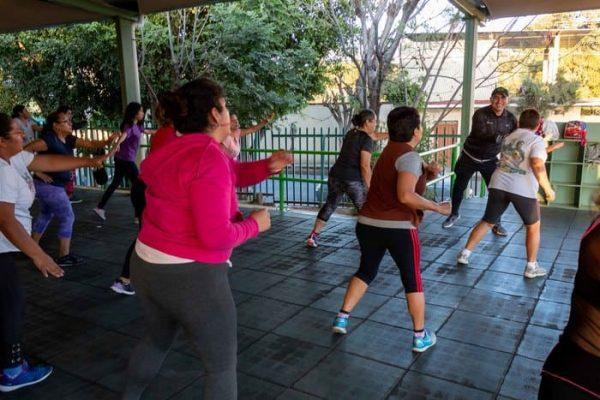 Disfrutan oaxaqueñas beneficios del baile fitness en Unidad Deportiva Santa Lucía