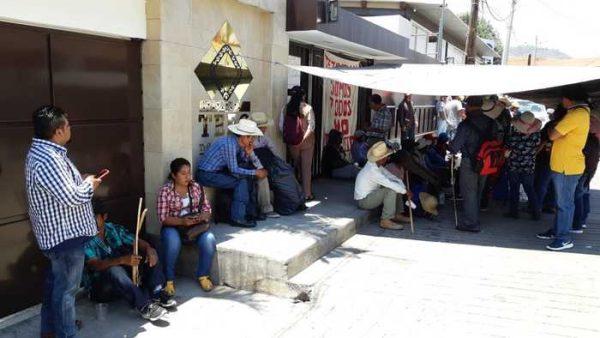 Habitantes de Tesoatlán en espera de resolución del TEEO