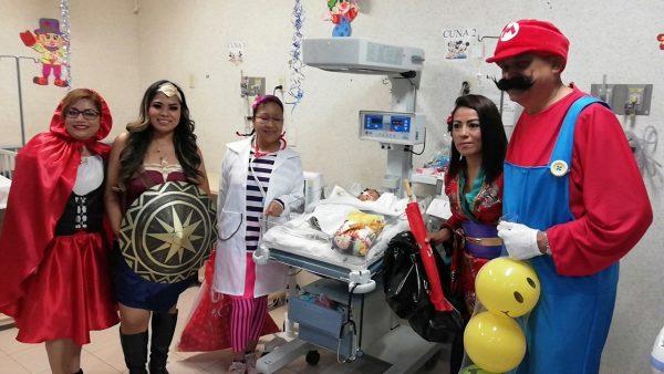 Personal del hospital de Tuxtepec arranca sonrisas a los niños con regalos