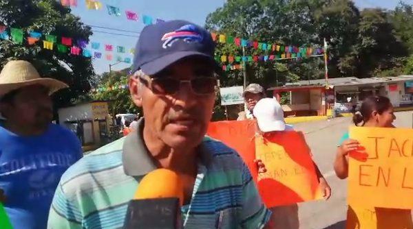 Continúa el bloqueo en Jacatepec, inconformes esperan de la representación del gobierno del estado