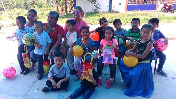 Unión de Madres Solteras entrega juguetes al jardín de niños Victor Bravo Ahuja