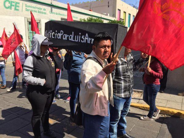 Organización Sol Rojo realiza pintas en la CFE la culpa de la muerte de una de sus líderes