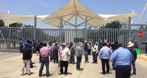 Con palos y machetes protestan habitantes de Tezoatlán en Ciudad Judicial