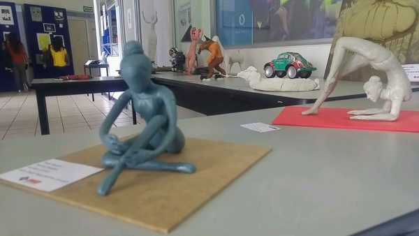 Exponen estudiantes de la UMAD trabajos elaborados en Artes Plásticas