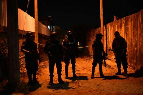 Policías y grupo armado se enfrentan en Minatitlán