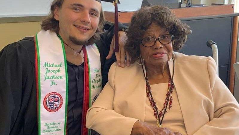 El hijo mayor de Michael Jackson, se gradúa en la universidad