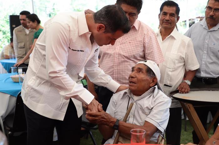 Alejandro Murat entrega 132 lotes a voceadores de Oaxaca, para que cuenten con un patrimonio familiar