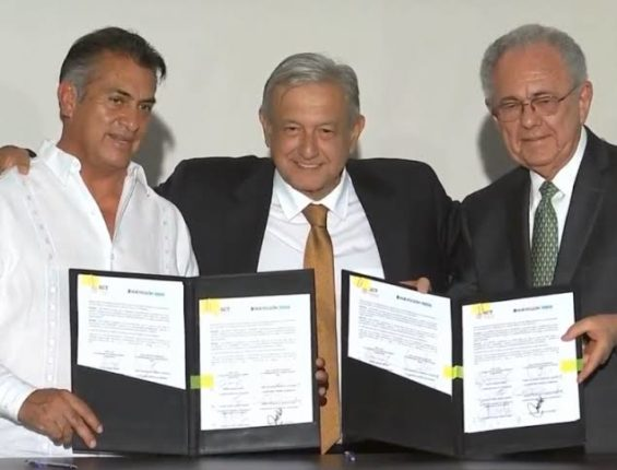 """López Obrador y """"El Bronco"""" firman convenio para desarrollar tren en Monterrey"""