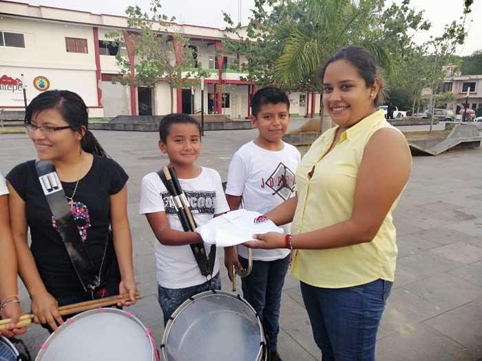 Reciben alumnos de la banda de guerra municipal de Chiltepec, playera de uso oficial