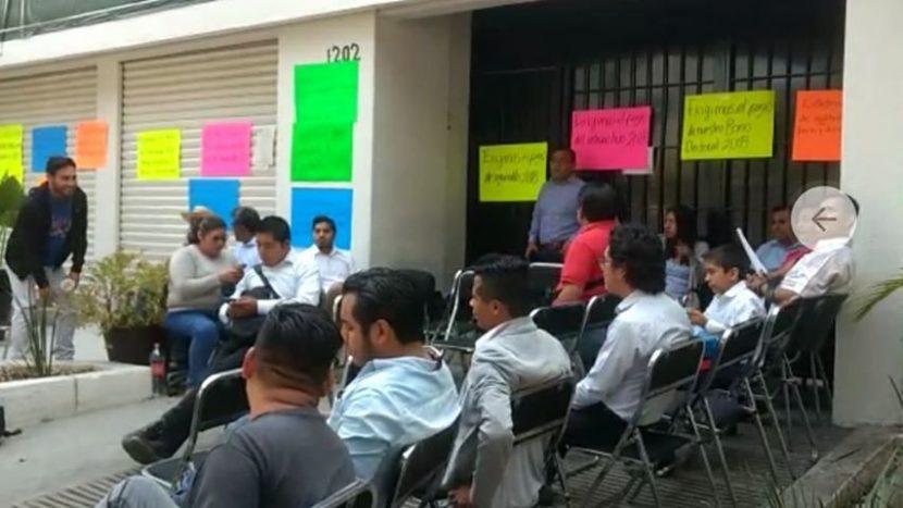 En un hecho histórico, trabajadores del TEEO bloquean sus oficinas