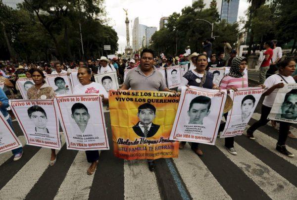 """VIDEO de tortura por Caso Ayotzinapa desmiente """"verdad histórica"""": padres de los 43"""
