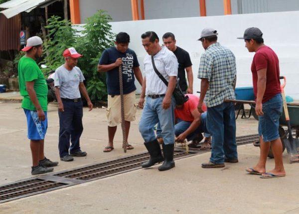 Ante la temporada de lluvias se desazolva el alcantarillado en Chiltepec