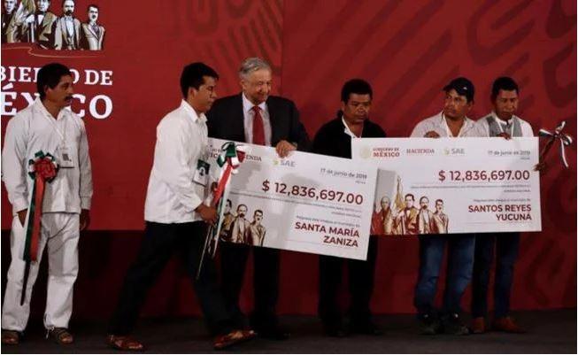 AMLO entrega recursos de subasta de autos a municipios de Oaxaca