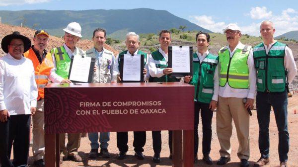 AMLO firma compromiso para reiniciar trabajos en las autopistas