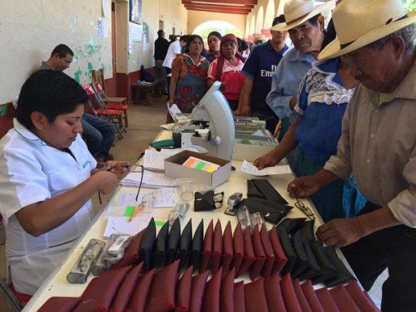 """Con entrega de lentes, Gobierno de Oaxaca y Fundación Devlyn unen esfuerzos para """"Ver a Oaxaca con amor"""""""