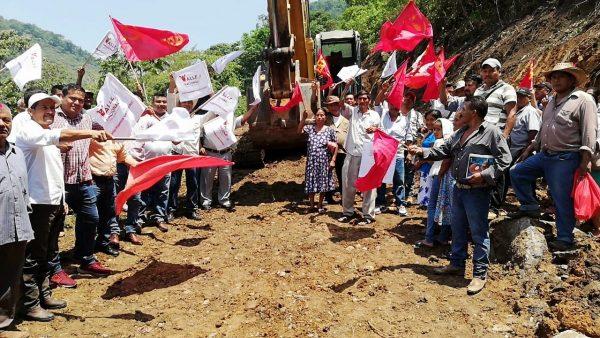 Gobierno Municipal y la FPR arrancan obra de camino en Santo Domingo Valle Nacional