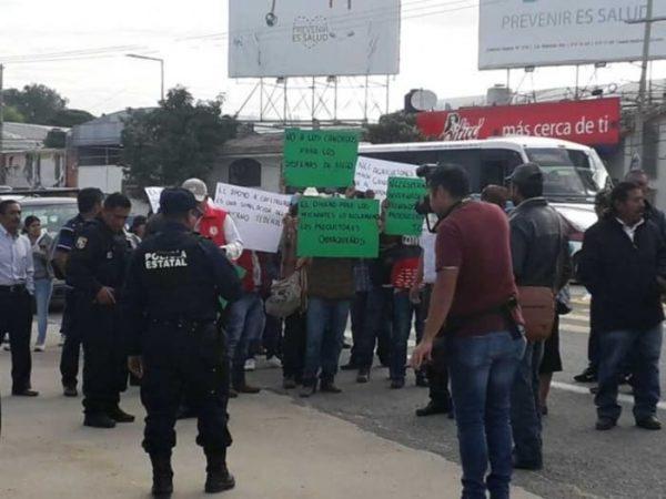 Realizan campesinos bloqueos viales en Oaxaca.