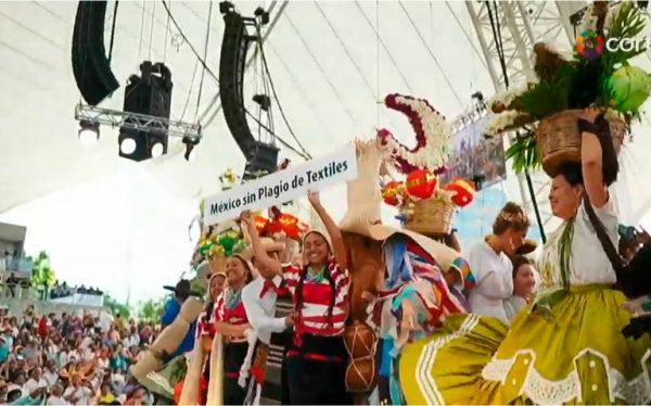 En plena Guelaguetza protestan danzantes contra robo de bordados indígenas