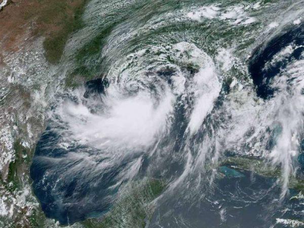 Barry se convierte en huracán antes de tocar tierra en EU