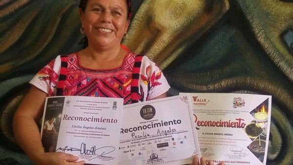 """Cecilia Ángeles, la cocinera que plasma el sabor cuenqueño en el libro """"Oaxaca y sus cocineras"""""""