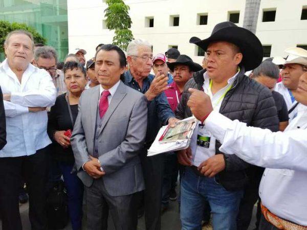 """Ganaderos y galleros oaxaqueños, protestan contra una posible """"Ley de protección a los animales"""""""