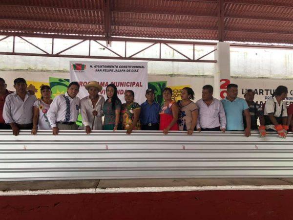 Cumple Arturo García con comunidades de Jalapa de Díaz, a través del Programa Municipal de Vivienda