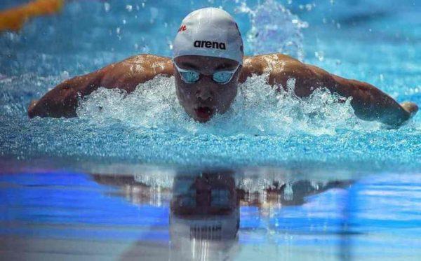 Nadador de 19 años rompe el récord de Michael Phelps
