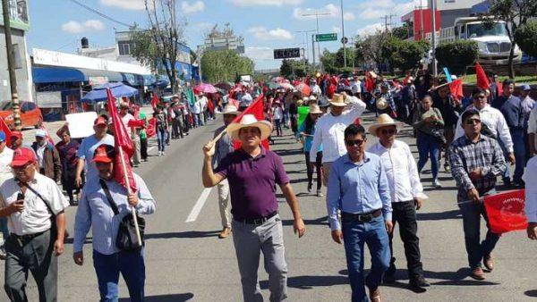 Antorchistas marchan en el marco de la Guelaguetza