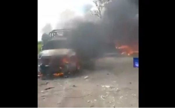 Pobladores queman vehículos y retienen a personal de Pemex en Tepeaca, Puebla