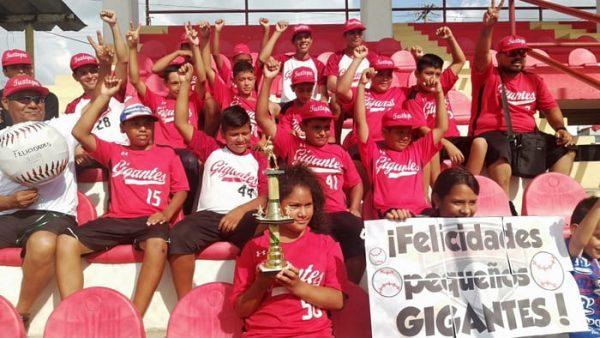 """Gran recibimiento a los """"Gigantes de Tuxtepec"""" tras haber ganado todo sus partidos en el Istmo"""