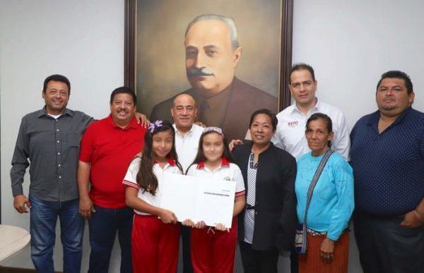 Entrega IEEPO apoyos a estudiantes de Mixtequilla que viajarán a Paraguay