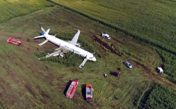 Avión de pasajeros aterriza en campo de maíz en Rusia