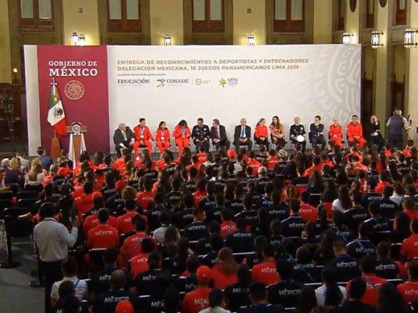 López Obrador entrega estímulos económicos a atletas de JP
