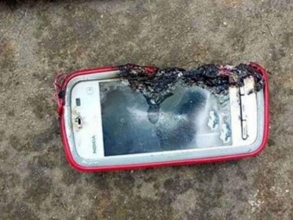 Niño muere electrocutado por usar el celular mientras se cargaba