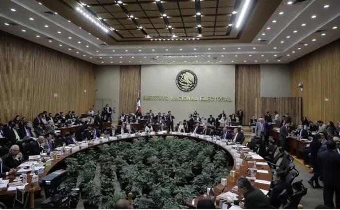 Ordena INE a servidores de la nación suspendan promoción personalizada de AMLO