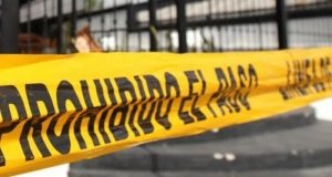 Hallan a estadounidense muerta en baños de centro comercial en Huatulco